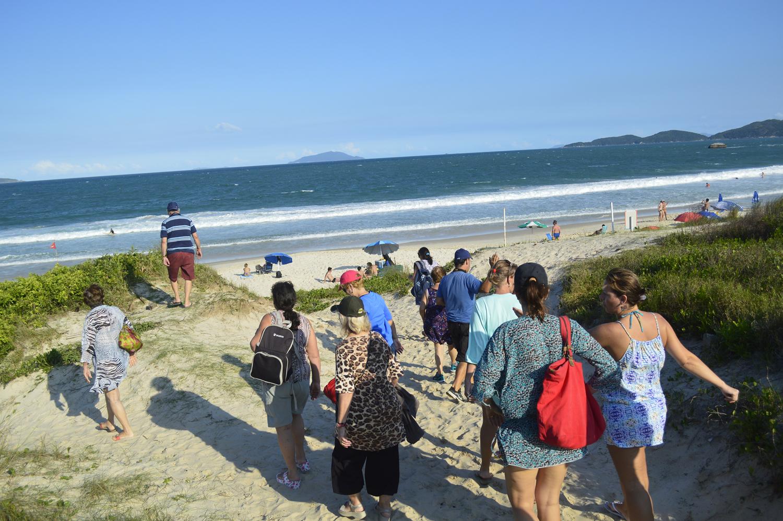 Grupo de turistas conhece as praias de Bombinhas. Fonte: Casa do Turista.