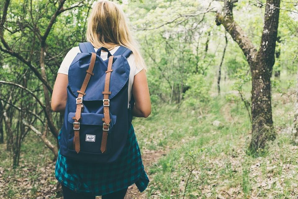 Leve apenas os itens necessário para trilhas em Bombinhas. Fonte: Pixabay.
