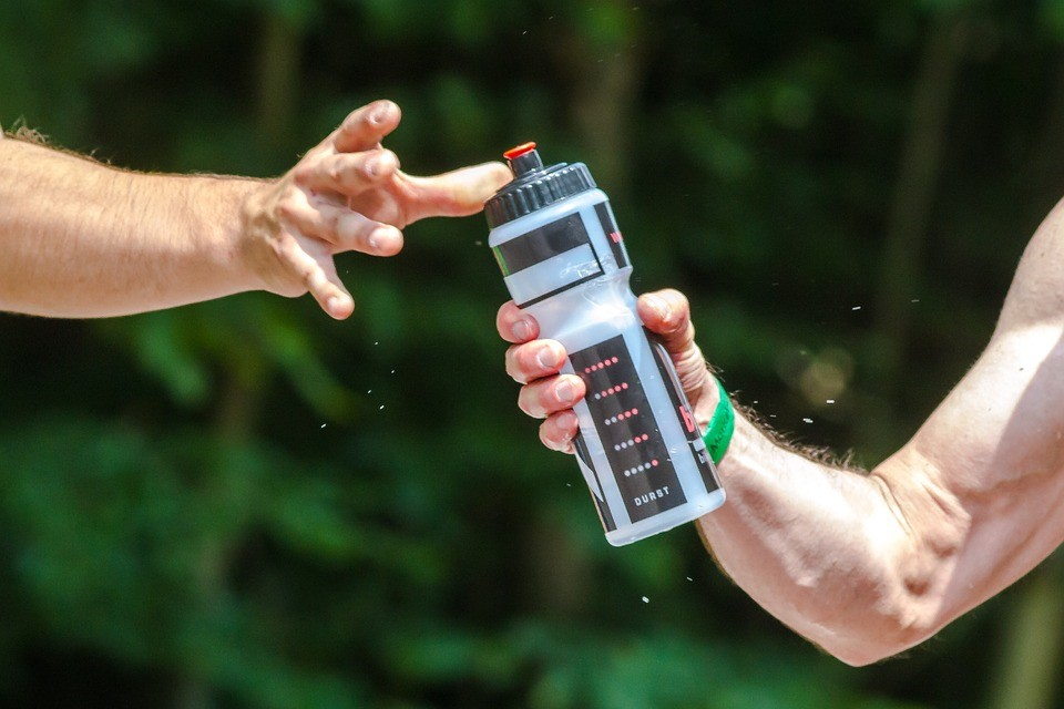 Mantenha-se hidratado quando for fazer trilhas em Bombinhas. Fonte: Pixabay.
