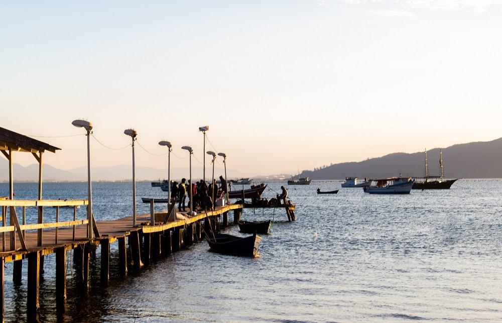 Trapiche no canto esquerdo da Praia do Mar de Dentro, Canto Grande, Bombinhas. Fonte: Rodrigo Dalri.