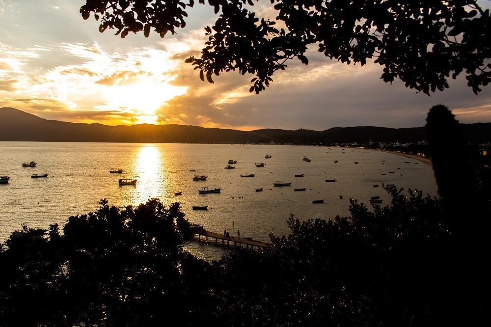 Pôr do sol em Bombinhas, trilha ecológica do Morro do Macaco. Fonte: Rodrigo Dalri.