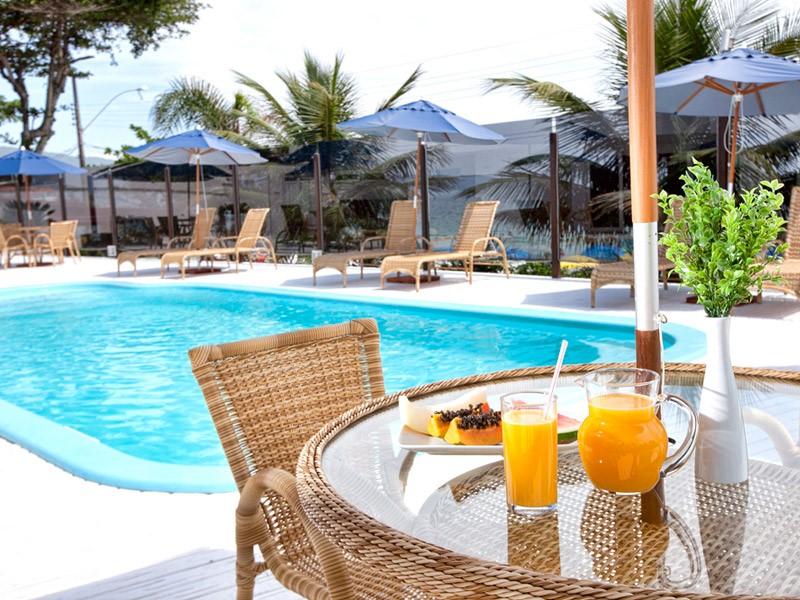 Área de lazer do Bombinhas Blue conta com piscina de frente para o mar. Fonte: Bombinhas Blue.