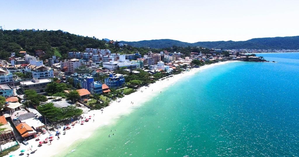 Praia de Bombinhas, no centro do município. Fonte: Features Design.