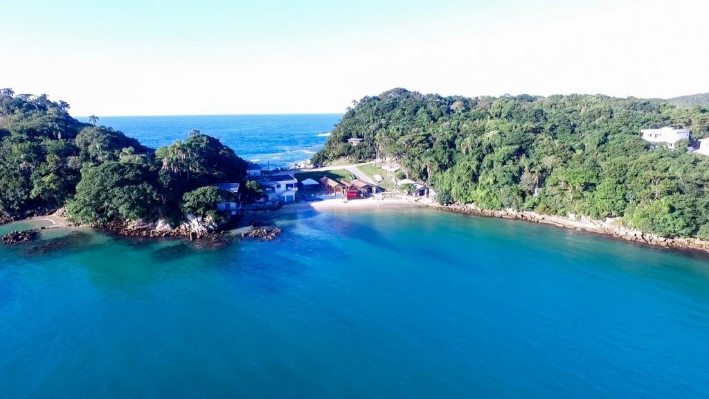 Praia da Sepultura está no topo das praias de Bombinhas com águas cristalinas. Fonte: Features Design.