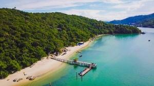 A praia da Ilha de Porto Belo. Fonte: Features Design/Rodrigo Dalri.