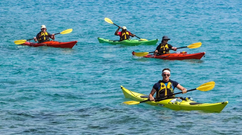 Caiaque é um dos esportes náuticos que pode ser praticado na Ilha de Porto Belo. Fonte: Pixabay.